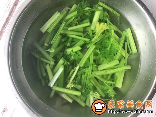 炝拌芹菜的做法图解2