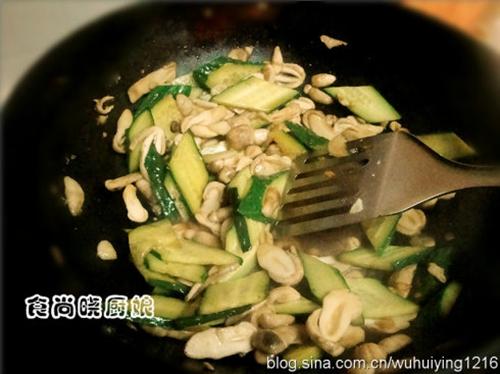 清炒鸡腿菇黄瓜片的做法图解4