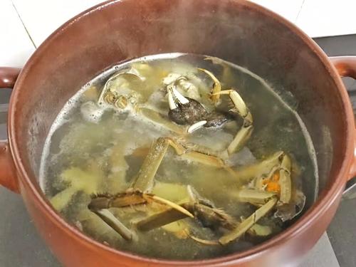 鲜得掉眉毛的螃蟹鲫鱼汤的做法图解5