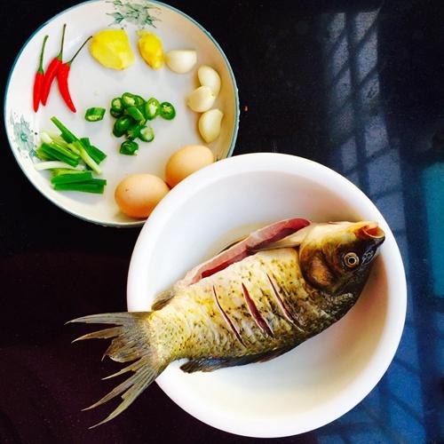 荷包蛋鲫鱼汤的做法图解1