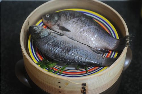 紫苏砂锅鲫鱼蒸的做法图解5