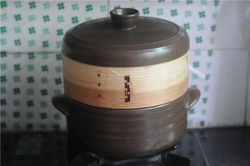 紫苏砂锅鲫鱼蒸的做法图解6