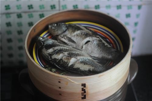 紫苏砂锅鲫鱼蒸的做法图解7