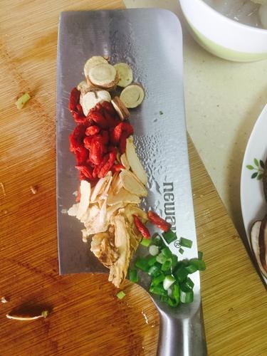 催奶神菜精品鲫鱼汤的做法图解2
