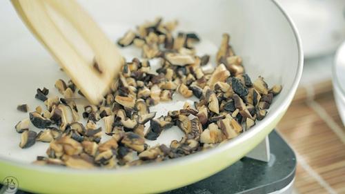 香菇虾皮粉的做法图解4