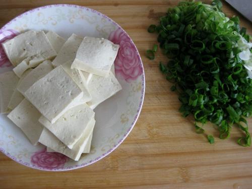 大葱烧豆腐的做法图解1