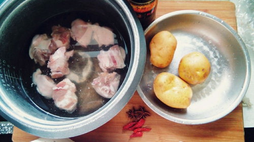 超简单懒人版土豆红烧猪蹄的做法图解1