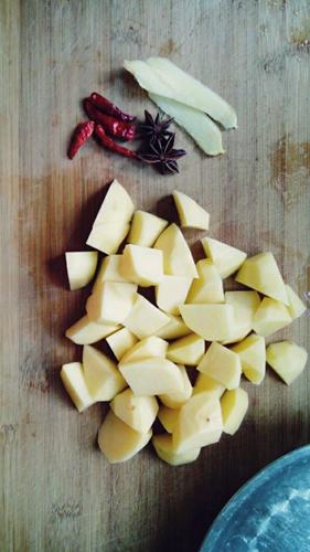 超简单懒人版土豆红烧猪蹄的做法图解5