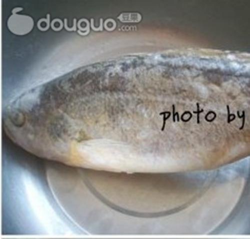 酸甜黄花鱼的做法图解1