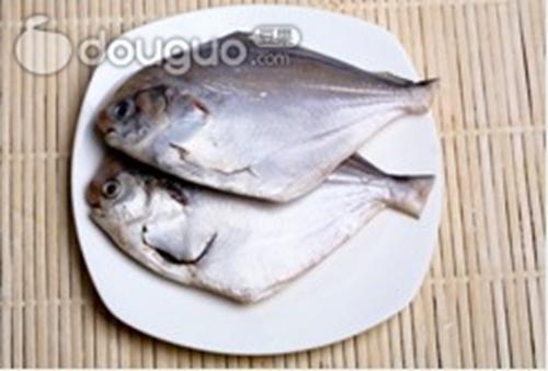 家常红烧平鱼的做法图解1