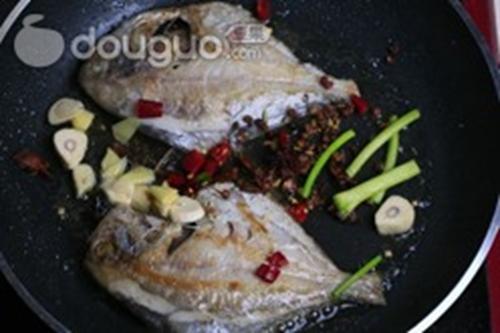 家常红烧平鱼的做法图解6