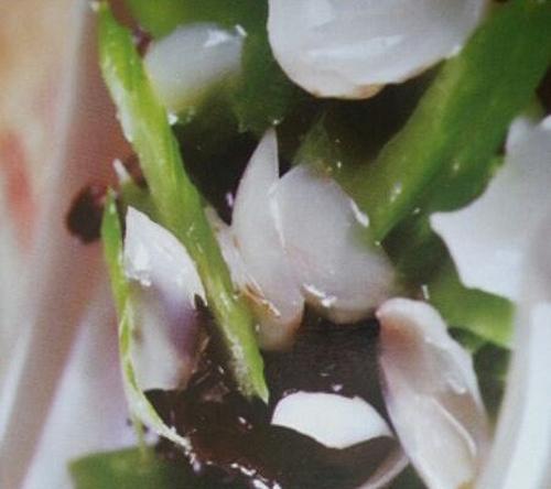 木耳芹菜炒百合的家常做法