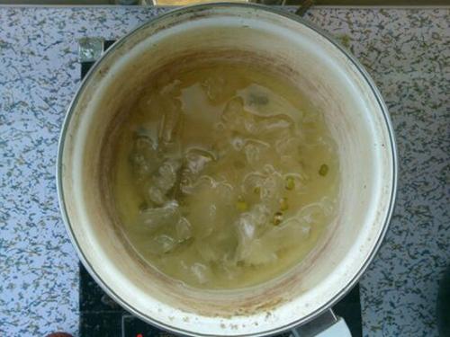 绿豆银耳荔枝粥的做法图解2