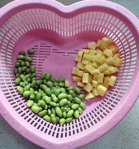 西红柿炒毛豆米的做法图解1