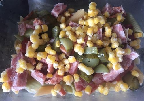 酸黄瓜玉米粒培根�h三色通心粉的做法图解4