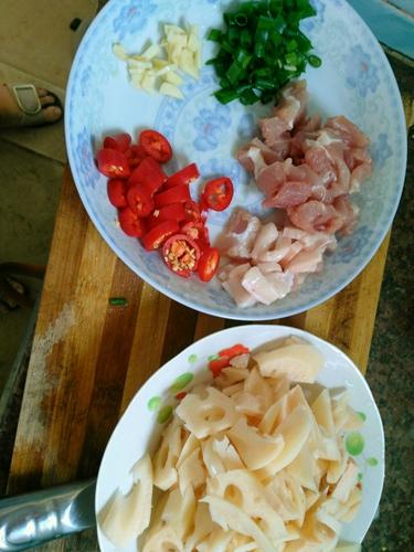 猪肉炒莲藕的做法图解2