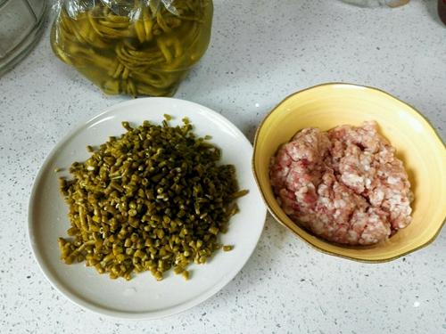 酸豇豆炒肉末的做法图解1