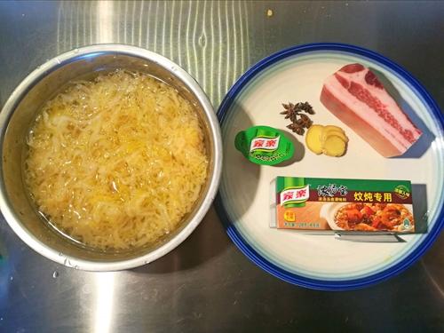 酸菜白肉的做法图解1