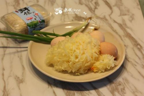 银耳炒鸡蛋的做法图解1
