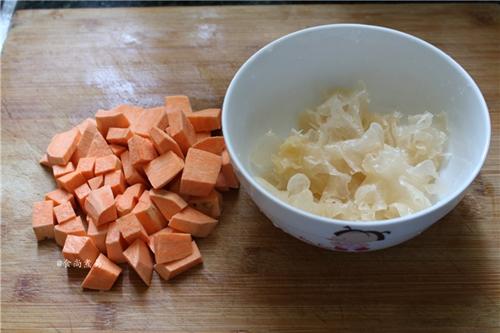 银耳红薯牛奶羹的做法图解2