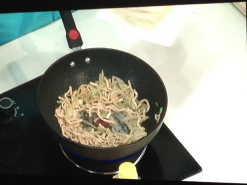 金针菇炒肉丝的做法图解3
