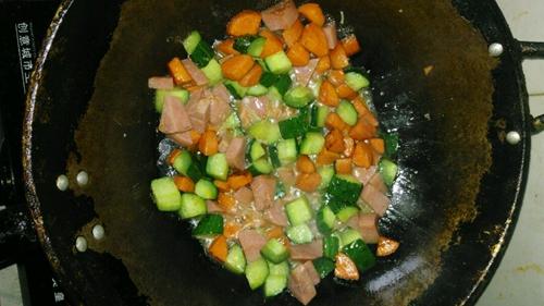胡萝卜黄瓜炒火腿肠的做法图解4