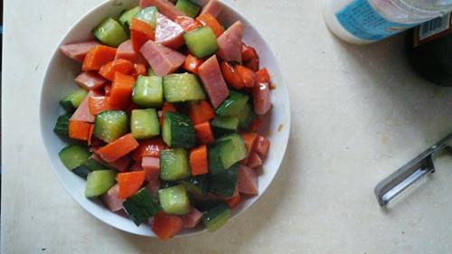 胡萝卜黄瓜炒火腿肠的做法图解5