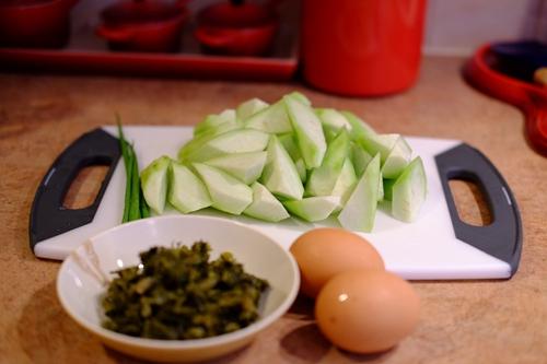 咸菜丝瓜蛋汤的做法图解1