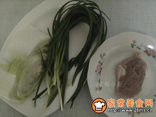 大白菜肉丝炒韭菜的做法图解1