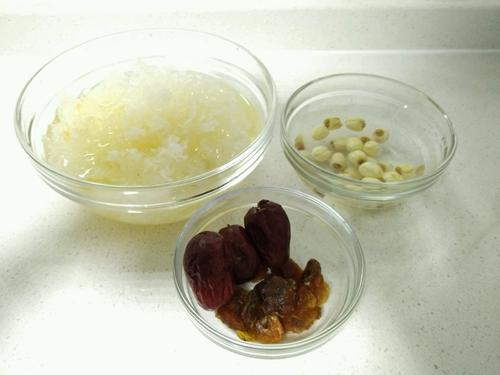红枣莲子银耳羹的做法图解1