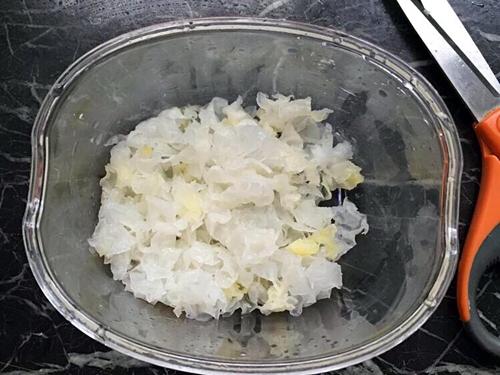 银耳红枣莲子汤的做法图解3