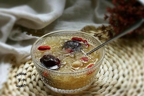 银耳红枣莲子汤的做法图解7