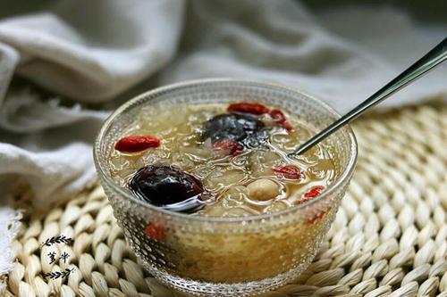 银耳红枣莲子汤的做法图解8