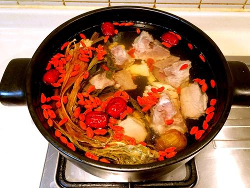 白菜干煲猪骨汤的做法图解3