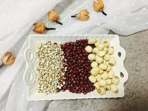 红豆薏米莲子粥的做法图解1