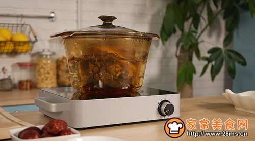 红枣乌鸡炖汤