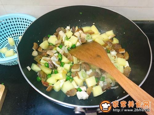 土豆腊肠焖饭的做法图解4