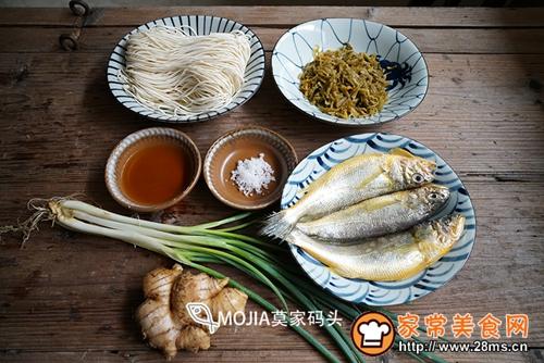 莫家码头:雪菜黄鱼面的做法图解1