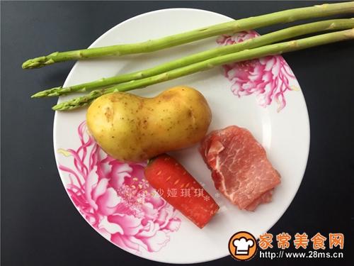 芦笋土豆炒肉丁的做法图解1