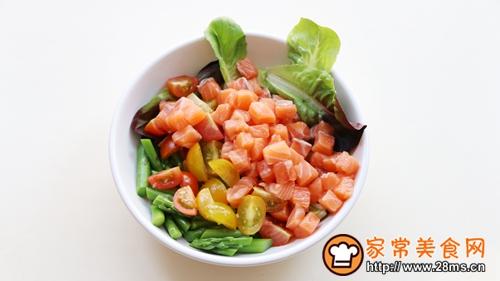 三文鱼塔塔丘比沙拉汁柚子口味的做法图解4
