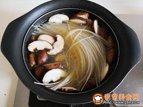 香菇鸡汤米粉的做法图解7