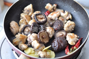 无油香菇栗子鸡的做法步骤:9