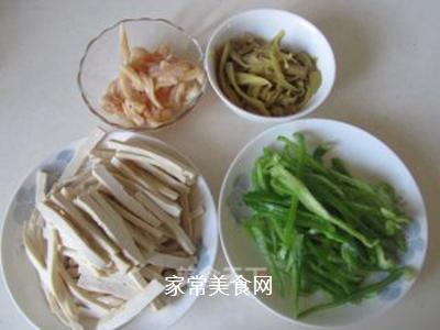 青椒榨菜干子炒鸡丝的做法步骤:1