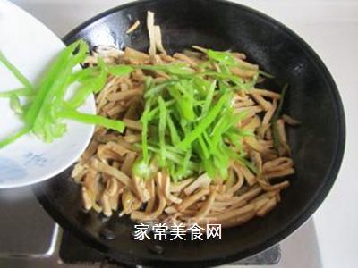 青椒榨菜干子炒鸡丝的做法步骤:7