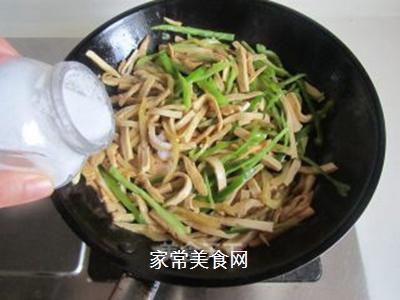 青椒榨菜干子炒鸡丝的做法步骤:8