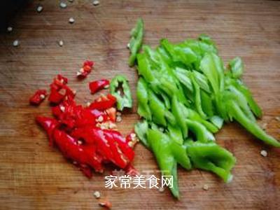 青红椒拌榨菜丝的做法步骤:2