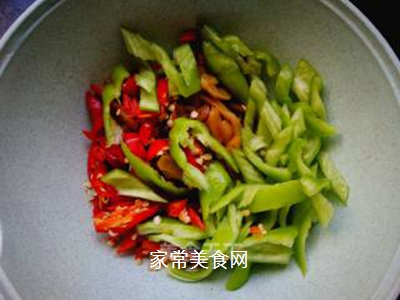青红椒拌榨菜丝的做法步骤:3