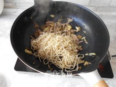 榨菜肉丝炒面的做法步骤:13