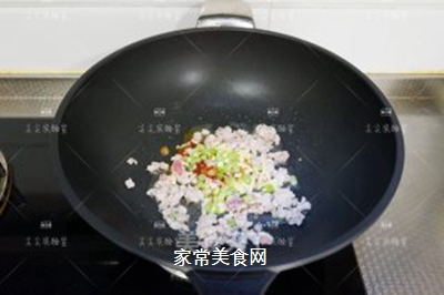榨菜肉末烩豆腐的做法步骤:6