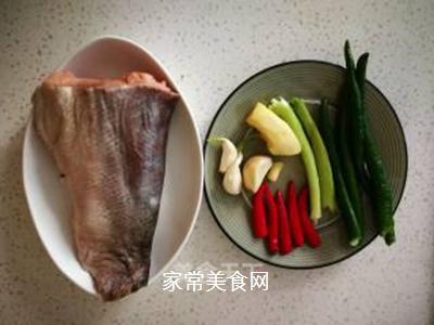 椒香干烧鱼的做法步骤:1